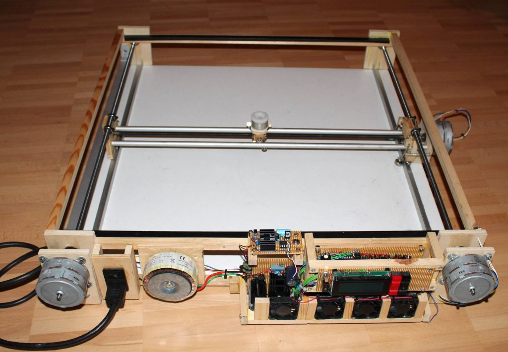 Unter der Platte mit dem Sand befinden sich Elektronik und Mechanik